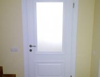 Двери из массива сосны под обкладку с вставкой из стекла и капителями