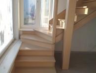 Лестница из массива ясеня со стеклянным ограждением -  фото 1