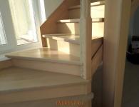 Лестница из массива ясеня со стеклянным ограждением -  фото 2