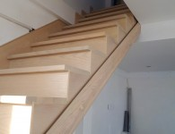 Лестница из массива ясеня со стеклянным ограждением - фото 4