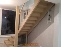 Лестница из массива ясеня со стеклянным ограждением - фото 3