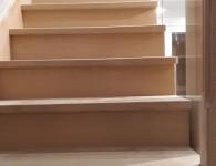 Лестница из массива ясеня со стеклянным ограждением - фото 6