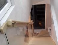 Лестница из массива ясеня со стеклянным ограждением - фото 5