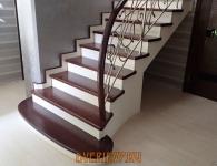 Лестница из массива ясеня с установленной подсветкой ступеней - фото 1