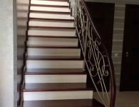 Лестница из массива ясеня с установленной подсветкой ступеней - фото 2