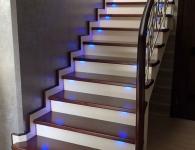 Лестница из массива ясеня с включенной подсветкой ступеней - фото 3