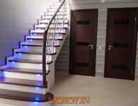 Лестница из массива ясеня с включенной подсветкой ступеней - фото 7