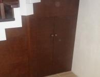Лестница из дуба на металлический каркас - фото 5 - кладовка под лестницей с дверями