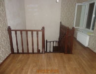 Лестница из дуба на металлический каркас - фото 13 - верх лестницы с ограждением