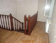 Лестница из дуба на металлический каркас - фото 12 - верх лестницы с ограждением