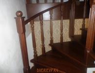 Лестница из дуба на металлический каркас - фото 8 - поворот лестницы с защитным ограждением