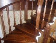 Лестница из дуба на металлический каркас - фото 7 - поворот лестницы с защитным ограждением