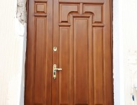 Деревянная накладка из сосны на металлическую дверь